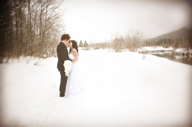 outdoor-winter-wedding-photography-white-orchid-bridal-bouquet.original.jpg